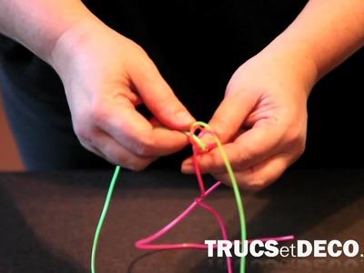 Scoubidou carré à 4 fils - Tutoriel par trucsetdeco.com