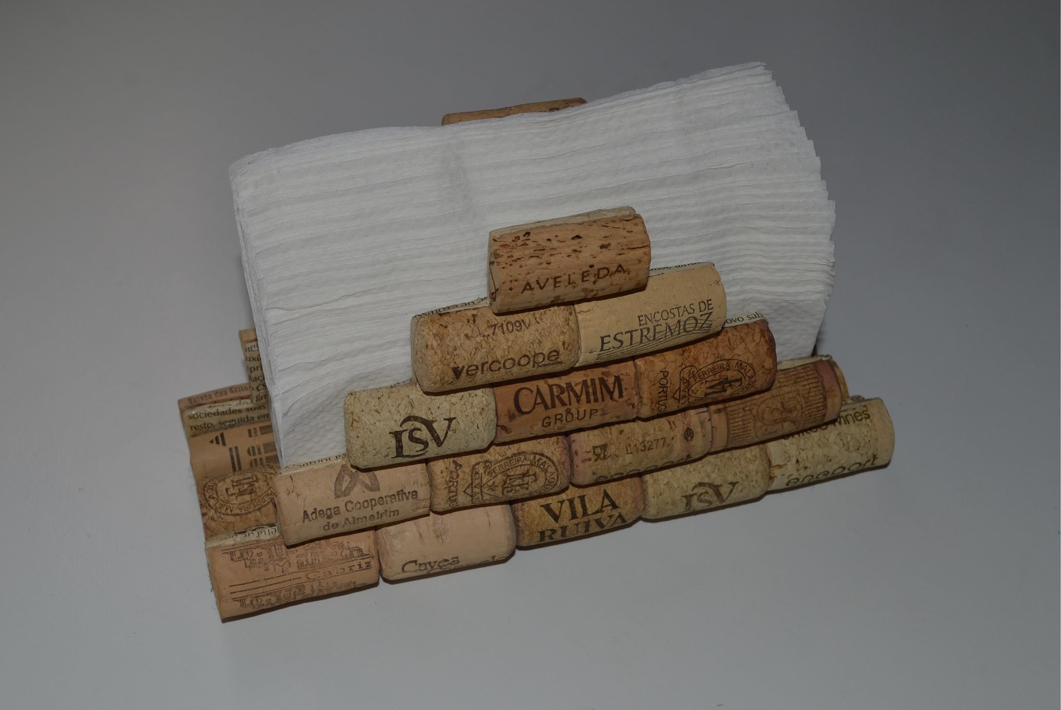 Servilletero con tapones de corcho - How to make a napkin holder with corks
