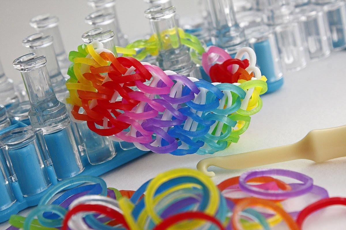 TUTO : bracelet élastique simple à trois rangs ARC EN CIEL - Rainbow Loom (en Français)