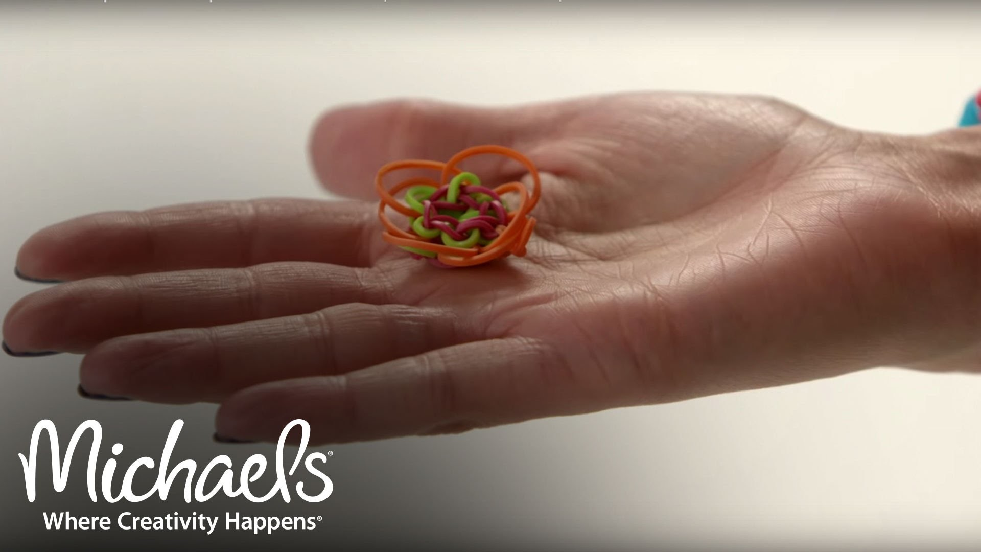 Comment fabriquer des breloques en forme de fleurs | Métier Rainbow Loom | Michaels