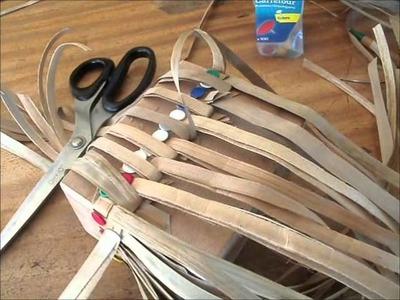 Tressage d'une boite ou un panier en pandanus avec une forme