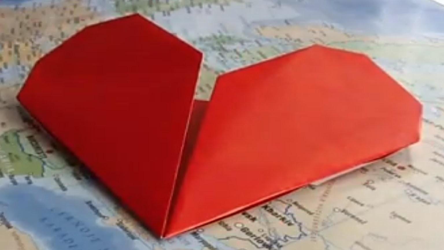 Origami - Faire des coeurs en papier coloré