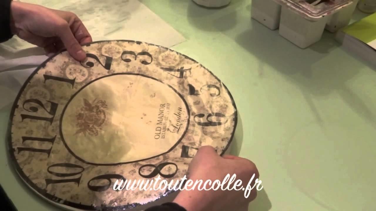 Horloge en collage de papier à découper