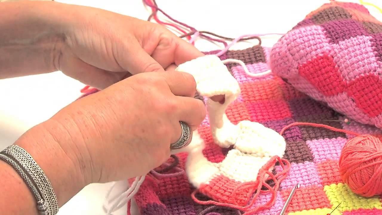 Crochet tunisien : Assembler des lignes de carrés pour le fond - L'atelier Edisaxe