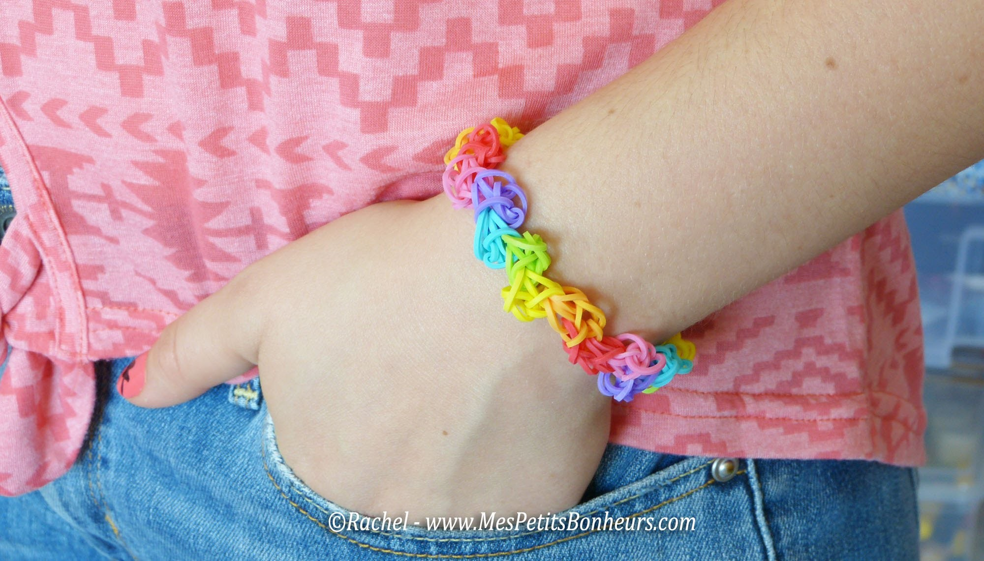 Bracelet arc en ciel zigzag en élastiques Rainbow Loom - Assez facile