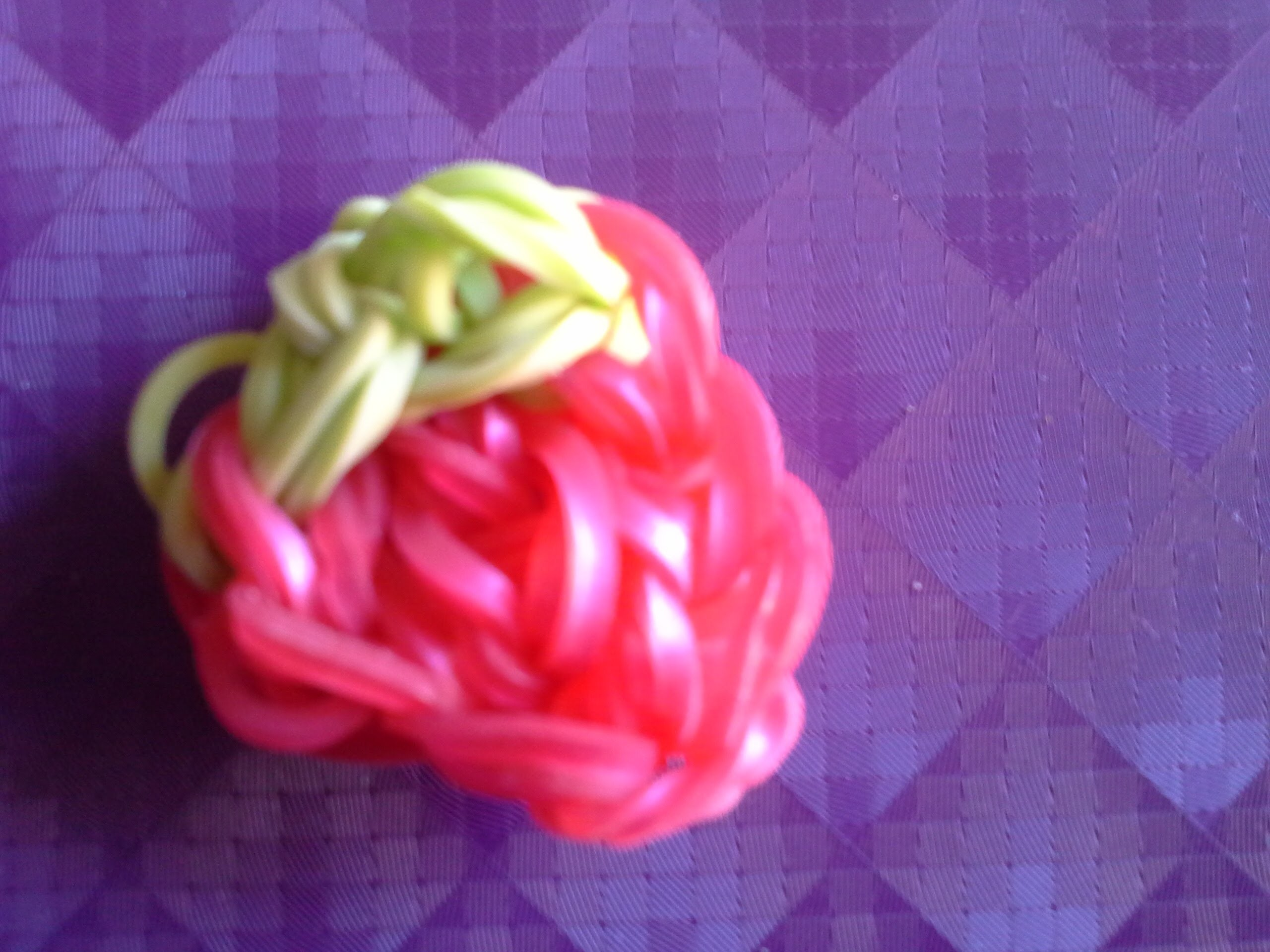 Faire une fraise avec rainbow loom
